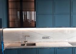 Навесные шкафы с фасадами из стекла бронза в алюминиевой рамке Schüco