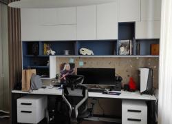 Письменный стол и навесные шкафы