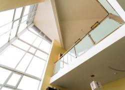 Высокие потолки в офисе