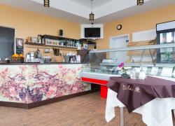 Барная стойка — акцент интерьера кафе.