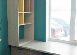 Рабочий стол и полки для книг и тетрадей