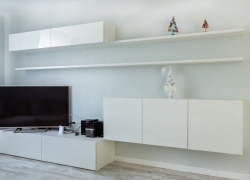 Тумба и полки белого цвета в гостиную
