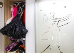 Втроенный шкаф купе. Фасады: зеркало с пескоструйным рисунком