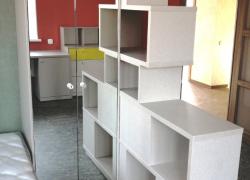 Стеллаж - перегородка между комнатой и коридором