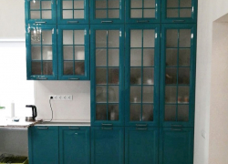 Буфет изумрудного цвета. Фасады: эмаль с фрезеровкой и узорчатым стеклом