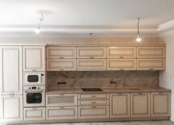 Линейная кухня-классика длиной во всю стену особенно эффектно смотрится в квартирах с большой площадью и в частных домах.