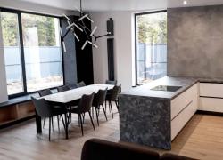 Стильная кухня в современном интерьере