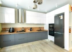 Кухня с фасадами ПВХ. Столешница древесного цвета.