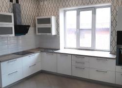 кухня с фасадами МДФ в пленке ПВХ. Большая и удобная рабочая поверхность.