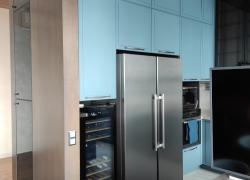 Высота гарнитура 3 метра. Установлена встроенная подсветка кухни и рабочей зоны.