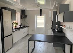 Кухня в коттедже на 2 стены