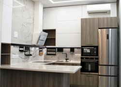 Кухня в стиле модерн. Фасады комбинированные: пластик и эмаль