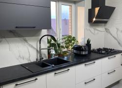 Минимализм на кухне в черно-белых тонах.
