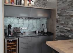 Кухня на мансарде. Столешница - камень, фасады - эмаль, стеновая панель - Эггер.