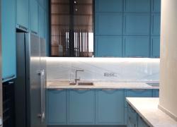 Навесные шкафы с фасадами из стекла бронза в алюминиевой рамке Schüco.