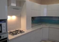 Кухня сложной геометрии. Фасады: пластик. Стеновая панель: закаленное стекло с полноцветной печатью