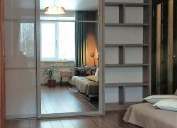 Шкаф для одежды в спальне. Фасады комбинированнные. Открытая секция для книг и сувениров.