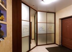 Угловой шкаф-купе в прихожую. Фасады: зеркало с пескоструйным рисунком.