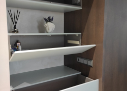 Небольшие навесные шкафчики в прихожей для хранения мелочей и сувениров