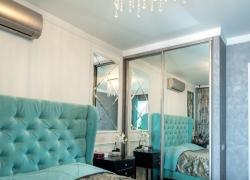 Встроенный шкаф. Фасады зеркальные с серебряным профилем.
