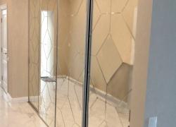 Встроенный шкаф. Зеркало с гравировкой.