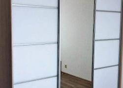 Шкаф купе. Фасады: окрашенное стекло с межсекционным профилем