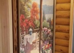 Изображение на шкафу словно продолжение дома, приглашающее на уютную веранду