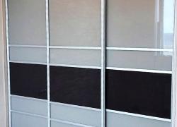 Стильный встроенный шкаф купе. Комбинированные фасады: стекло, межсекционный профиль.