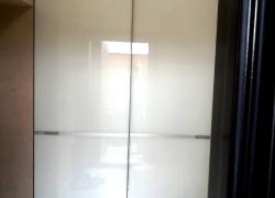 Встроенный шкаф. Фасад - окрашенное стекло. Система raumplus