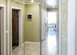 Тонкий узор на зеркальных дверях-купе, сделанный при помощи алмазной гравировки