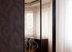 Встроенный шкаф-купе с пескоструйным рисунком, зеркало бронза