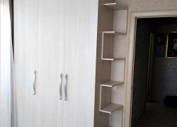 Шкаф с распашными дверями и открытыми полками в виде зигзага