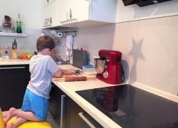 Сынок Женя помогает готовить маме
