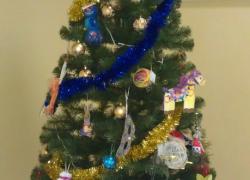 елка с детскими игрушками, сделанными своими руками