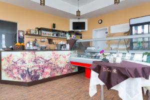 Барная стойка - акцент интерьера кафе. Фасад барной стойки: стекло с полноцветной печатью Bonarty