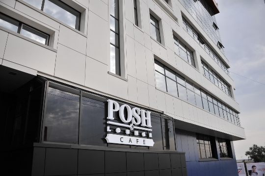 На 1 этаже бизнес-центра расположен очень красивый ресторан «Posh».